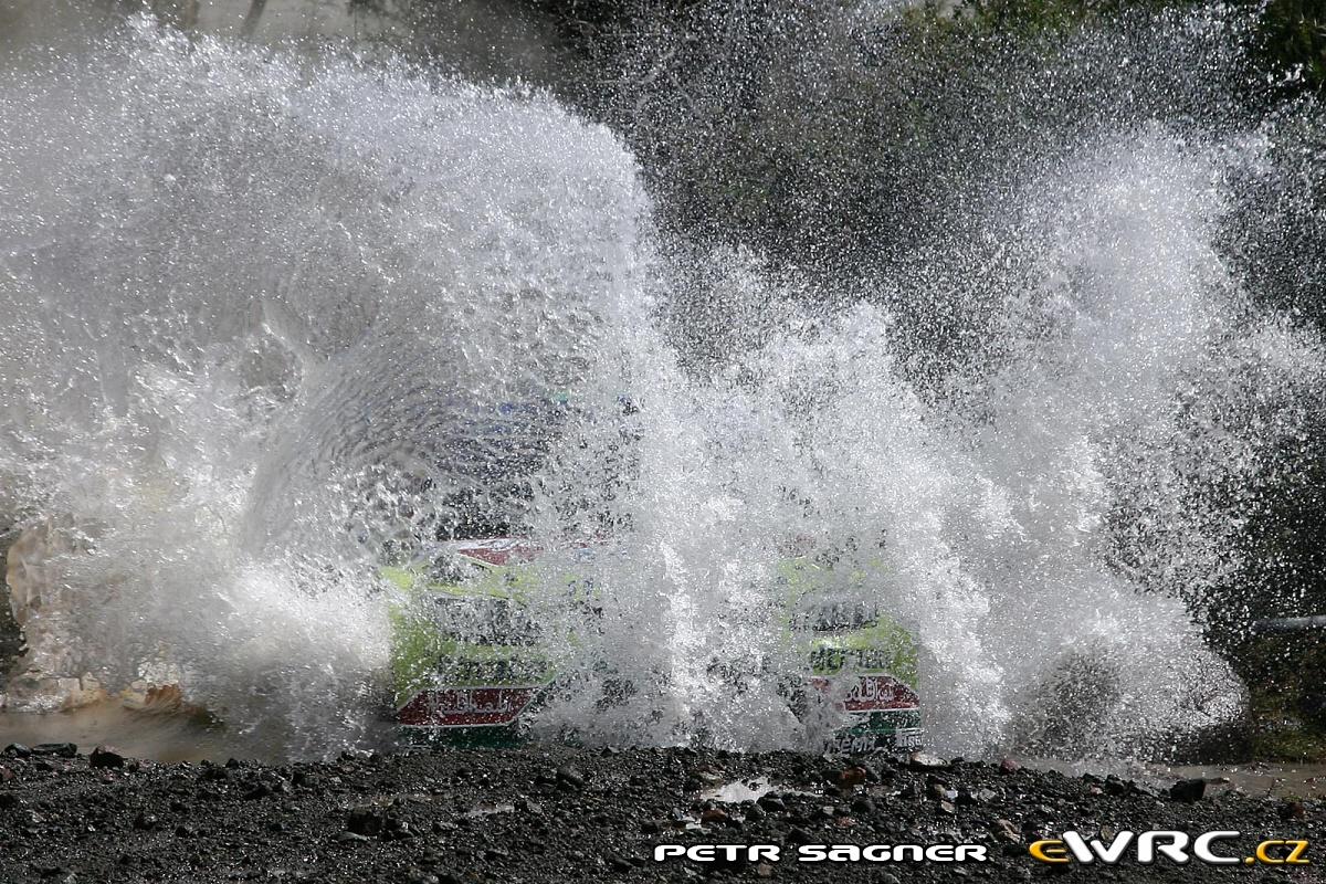 Jari-Matti Latvala in der Wasserdurchfahrt beim Shake-Down